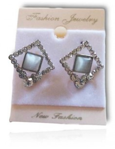 Boucles d'oreilles puces carré serti et perle translucide